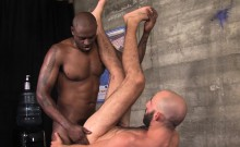 Built ebony masseur fucks